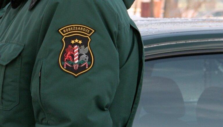 Rīgas lidostā robežsargi aiztur policijas meklēšanā esošu Latvijas pilsoni
