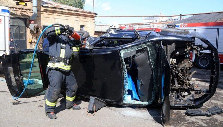 Foto: Glābēji demonstrē auto sagriešanu pēc avārijas pasažieru atbrīvošanai