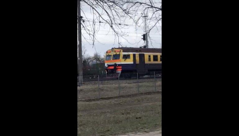 Aculiecinieka video: Jaunieši Rīgā vizinās, pieķērušies vilciena vagonam