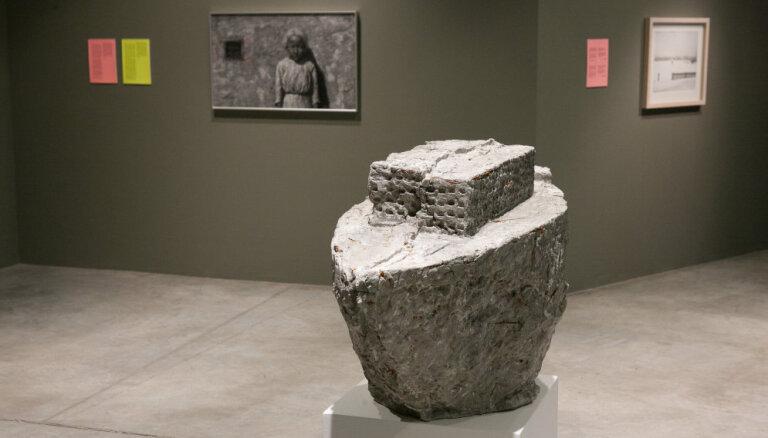 Apskatāmi Artishok Biennāles 'A+B=AB14' laikā tapušie mākslas darbi un kritiķu teksti