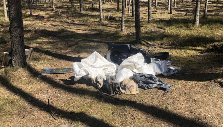 Foto: Mežā netālu no Langstiņiem 'cūkas' atstājušas būvgružu kaudzes