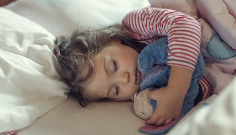 Astoņi viegli realizējami ieteikumi, kā palīdzēt bērnam no rītiem pamosties