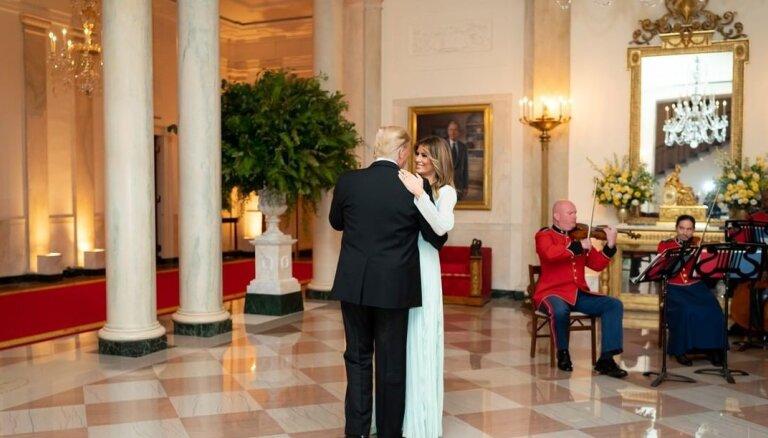 Baltais nams Trampu pāra 15. kāzu gadadienā publisko romantisku foto