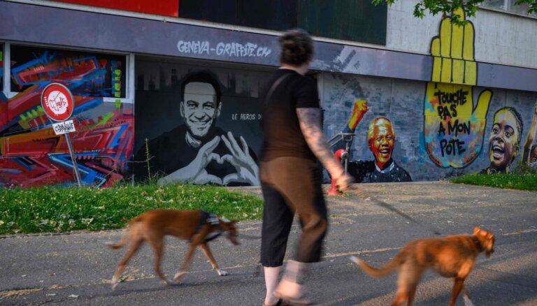 Ženēvā pirms Baidena un Putina tikšanās uzkrāsots grafiti ar Navaļniju