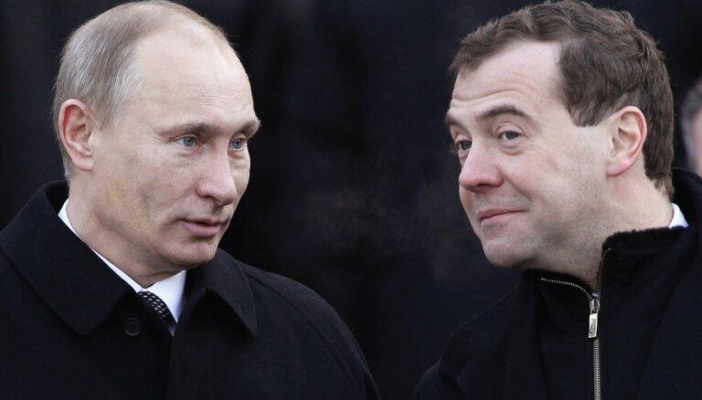Медведев поздравил Путина с победой: нам доверяют