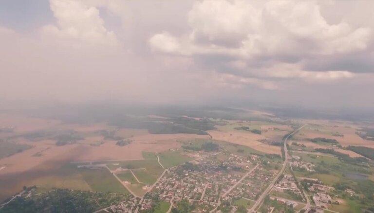 Video: Talsus sasnieguši dūmu mutuļi; iedzīvotājus pārņem satraukums