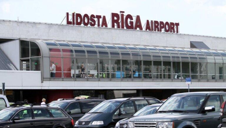 Taksometri pie Rīgas lidostas nesaskaņas risina ar asaru gāzi; lidosta varētu mainīt satiksmes organizāciju