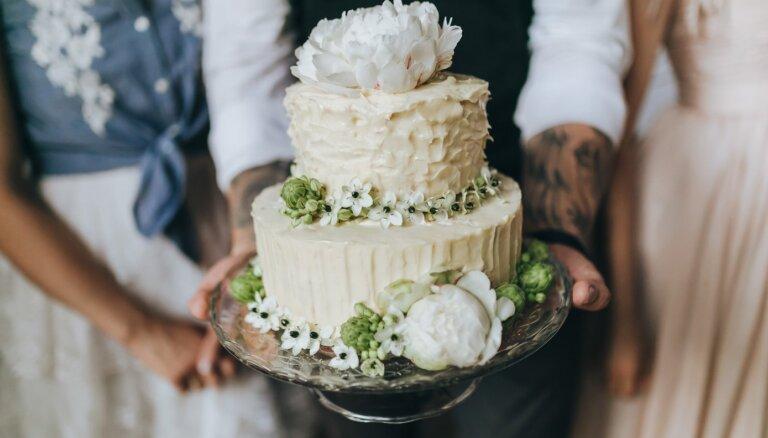 Sukulenti, kaltētie ziedi un ēdamais zelts. 2020. gada tendences kāzu kūku modē