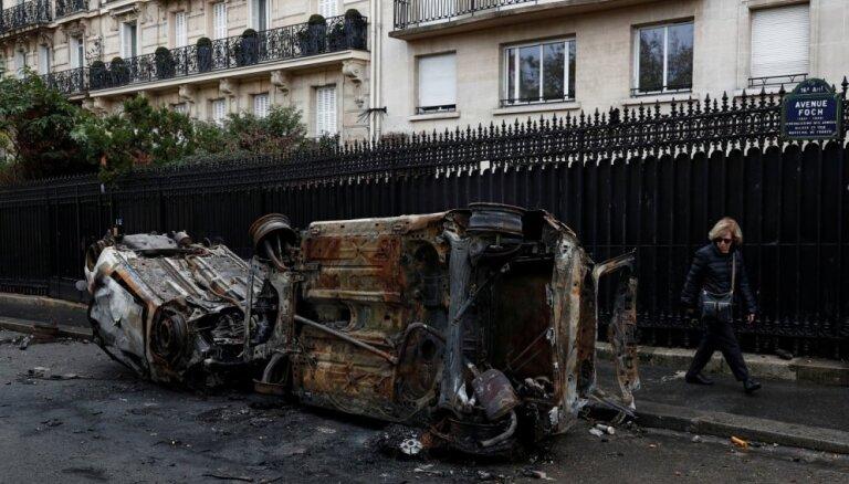 Foto: Masu nekārtībās Parīzē arestēti vairāk nekā 300 cilvēki