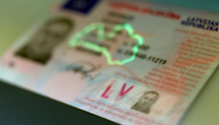 Latvijā sāks starptautiska parauga autovadītāja apliecību izsniegšanu
