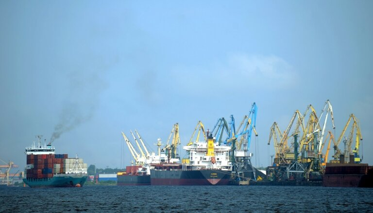 Rīgas ostā pirmajā ceturksnī pārkrauto kravu apmērs sarucis par 24%
