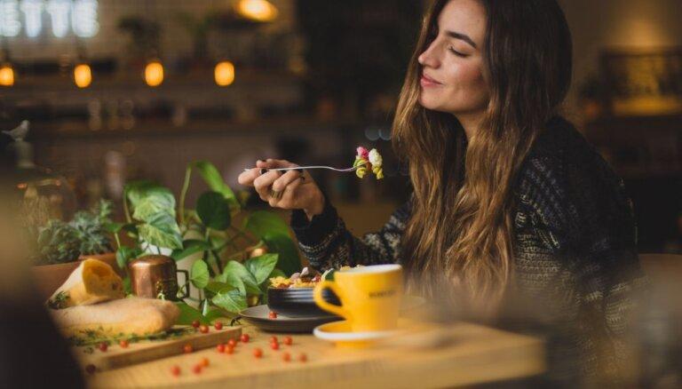 Ēst gudrāk, nevis mazāk – triki vieglākai liekā svara zaudēšanai