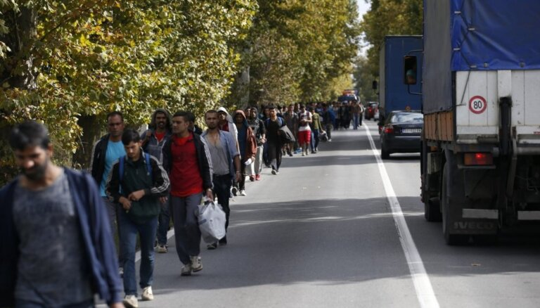 Ungārijā rosina kriminālatbildību par palīdzēšanu migrantiem