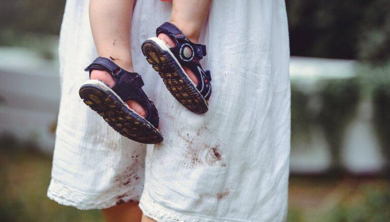 Vasaras pēdas uz apģērba: kā izmazgāt zāles, ogu un vīna traipus