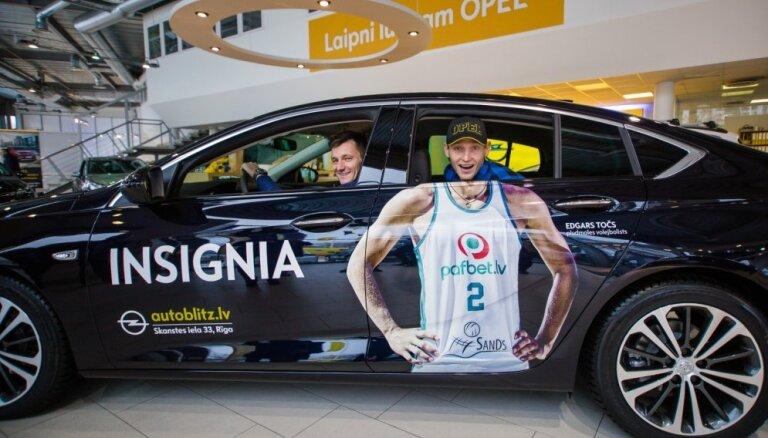 Foto: Pludmales volejbolists Točs dzimšanas dienā tiek pie jauna auto