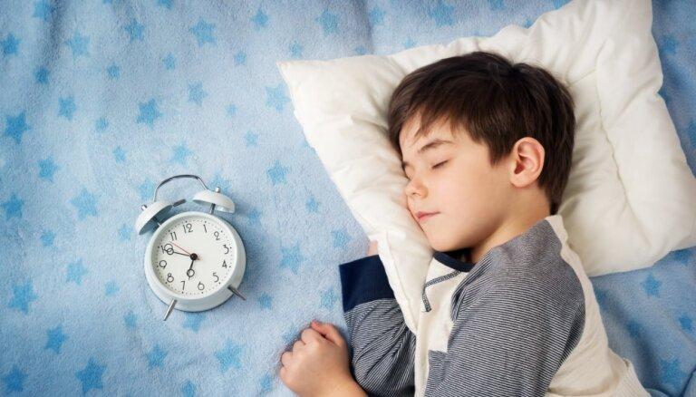 Cik stundas dienā bērnam jāguļ katrā vecumposmā; kā miega trūkums ietekmē veselību