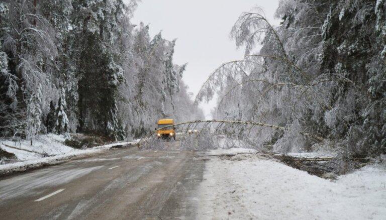 Sniegs un apledojums ceturtdienas rītā apgrūtina braukšanu visā Latvijā