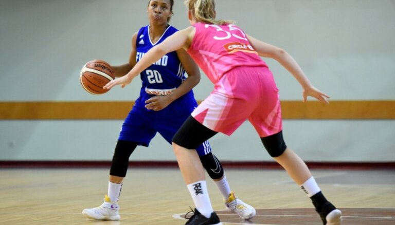 Foto: Latvijas sieviešu basketbola izlase tradicionālajā rozā lentītes spēlē sagrauj Somijas valstsvienību