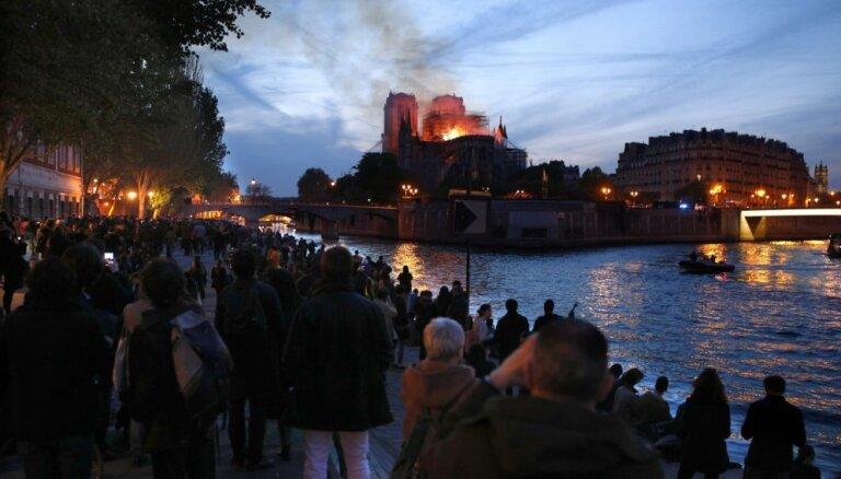 Pasaule šokēta un skumst par Parīzes Dievmātes katedrāles ugunsgrēku