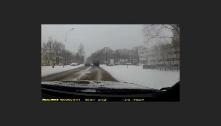 Video: BMW šoferis Rīgā teju izraisa sadursmi ar kravas auto