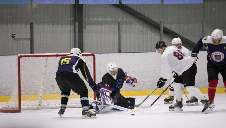 Foto: Spraigā hokeja mačā Saeimas komanda piekāpjas likumsargiem