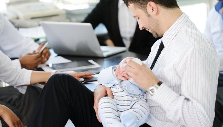 Psiholoģe un vecmāte aicina topošos un jaunos tētus uz nodarbībām par bērnu aprūpi