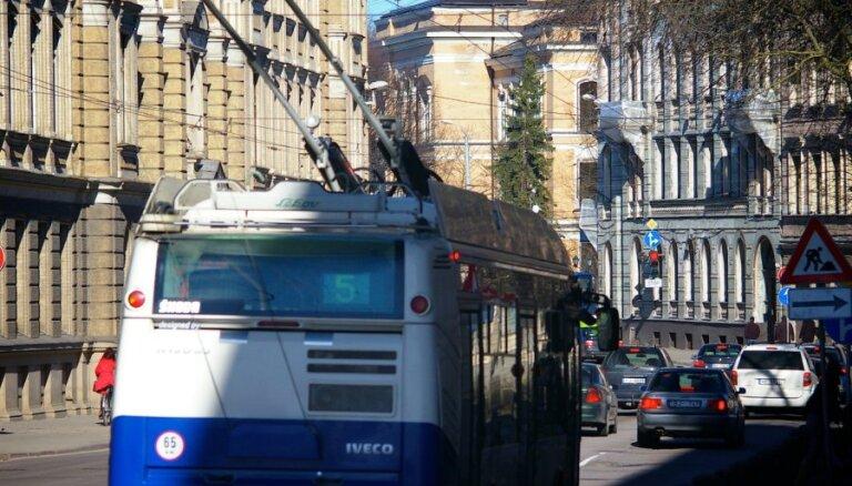 Пробки в Риге: автобусы и троллейбусы могут опаздывать на 30-40 минут