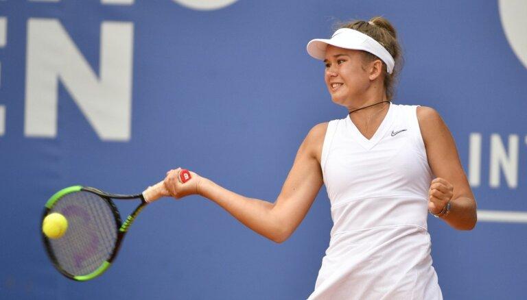 Bartone sīvā cīņā sasniedz Spānijas tenisa turnīra pusfinālu