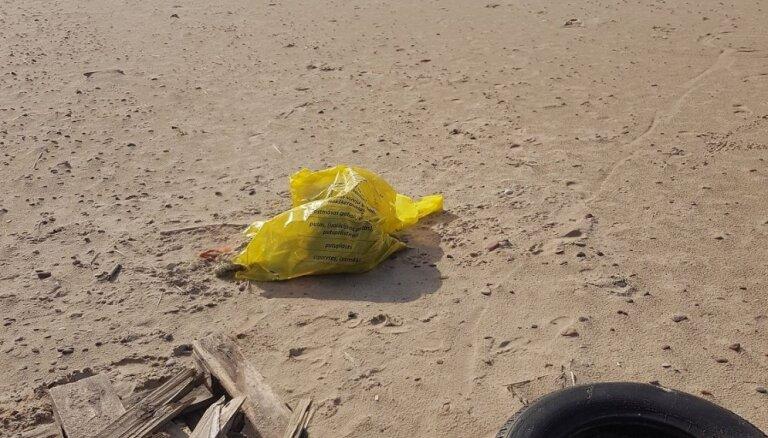 Foto: Pēc 'Piekrastes Tīrrades' sakopšanas Pāvilostas pludmale palikusi tikai netīrāka