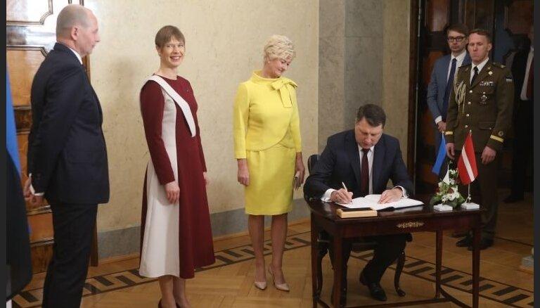 Igaunijas prezidente, sagaidot Vējoni, ar tērpu izrāda īpašu godu Latvijai