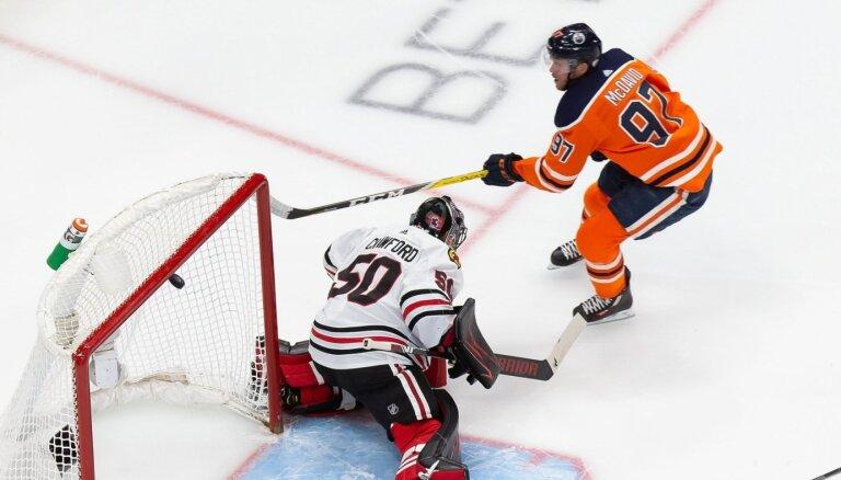 Svečņikovs un Makdeivids NHL kvalifikācijas turnīrā izceļas ar 'hat-trick'