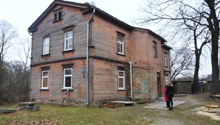 Rēķins 192 eiro, pensija 202 eiro – Altonavas ielas nama iedzīvotāji cīnās par palikšanu mājā