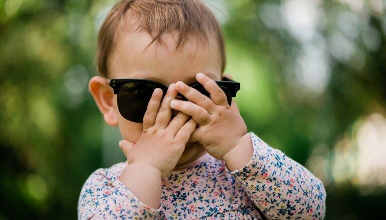 Ne tikai aizraujoši: kāpēc ar mazuļiem ieteicams spēlēt rotaļu 'ku-kū'