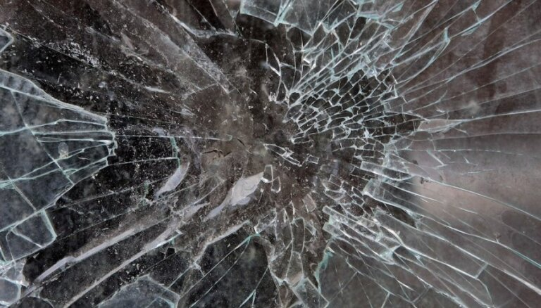Pāvilostas novadā ļaundari izsit stiklus sargu būdai, kombainam un traktoram