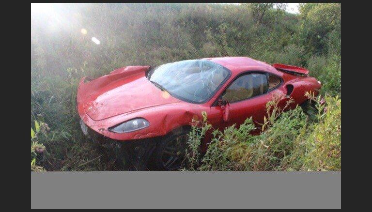 Foto: Igaunijā vīrietis avarējis ar pirms divām nedēļām iegādātu 'Ferrari'
