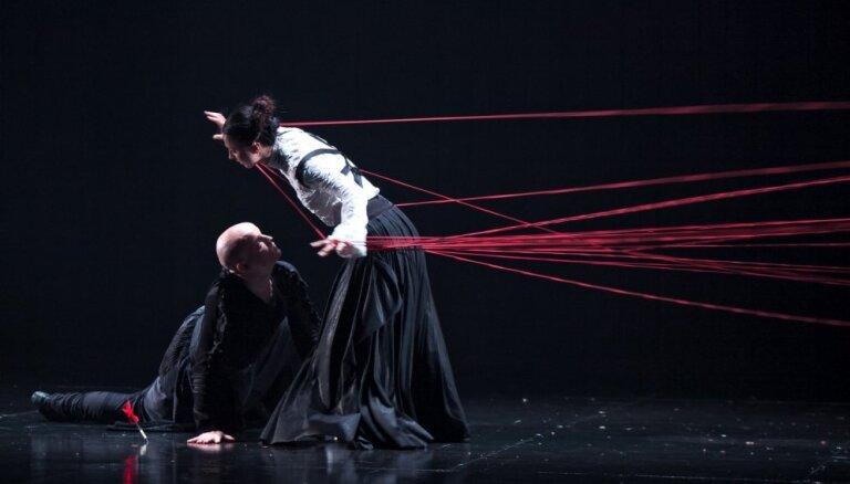 Foto: Liepājas teātra 108. sezonu atklāj kustību izrāde 'Indulis un Ārija'