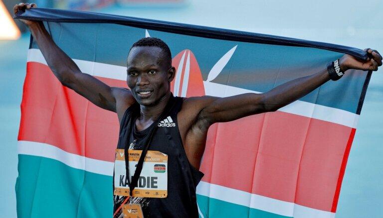 Kenijietis Kendijs Valensijā labo pasaules rekordu pusmaratona distancē