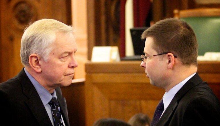 Dombrovskis: ZZS tielēšanās par atbalstu fiskālajai disciplīnai var būt 'lāča pakalpojums' zemniekiem