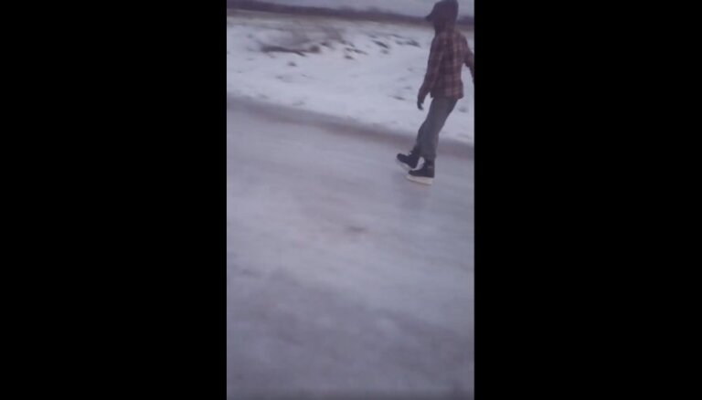 Video: Laucienē uz vietējā ceļa 'atklāj' slidotavu