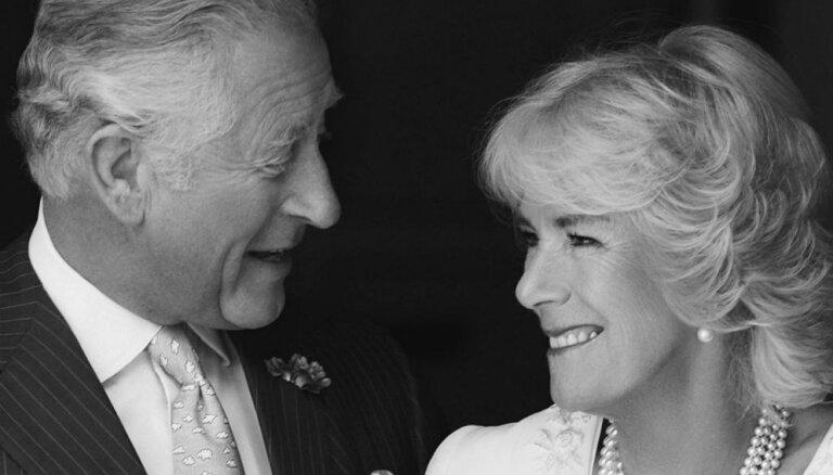 Prinča Čārlza un Kamillas kāzu gadadienā tiek publiskots neredzēts foto