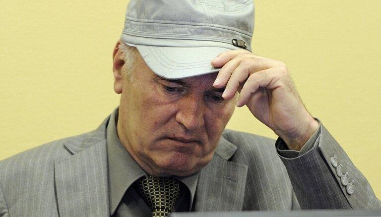 Mladičs no tiesas nogādāts uz slimnīcu