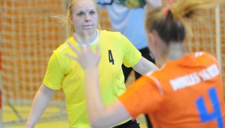 Stopiņu NHK handbolistes saspringtā cīņā pēc gada pārtraukuma uzvar Latvijas čempionātā