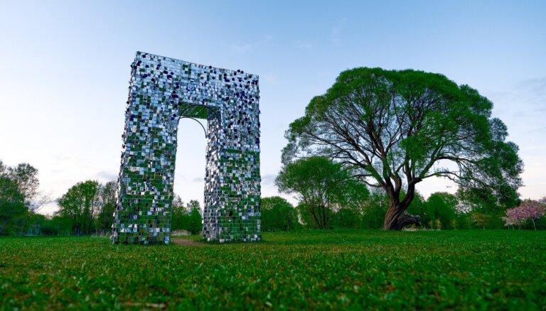 Foto: Uzvaras parkā izveidots pastaigu ceļš – 'Triumfa arkāde'