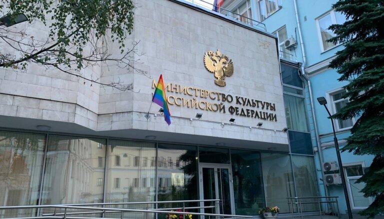Krievijā 'Pussy Riot' aktīvistēm par varavīksnes karogu izkāršanu piespriež naudassodus