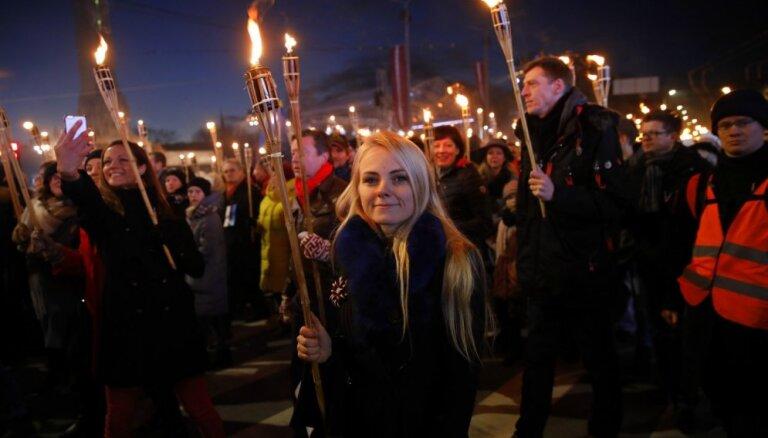 Foto: Tūkstošiem cilvēku dodas iespaidīgā lāpu gājienā