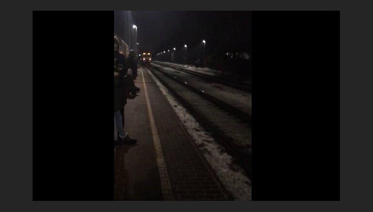 Video: Aculiecinieks ceļ trauksmi par vilcieniem, kas Rīgā brauc bez gaismas