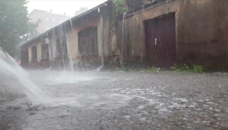 Stiprais lietus Āgenskalnā