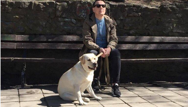 Normunds Rutulis jaunā video iejūtas akla cilvēka lomā