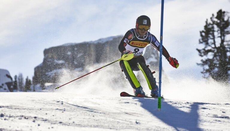 Miks Zvejnieks sezonu noslēdz ar bronzu milzu slalomā