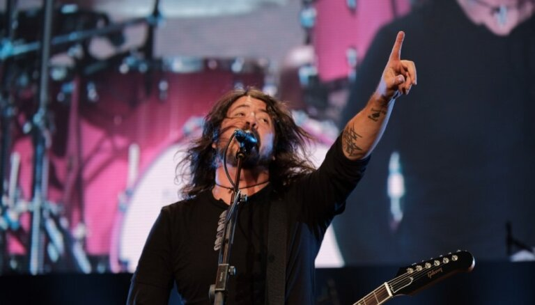Foto: 'Foo Fighters' sajūsmina fanus Lucavsalā ar pirmo koncertu Baltijā